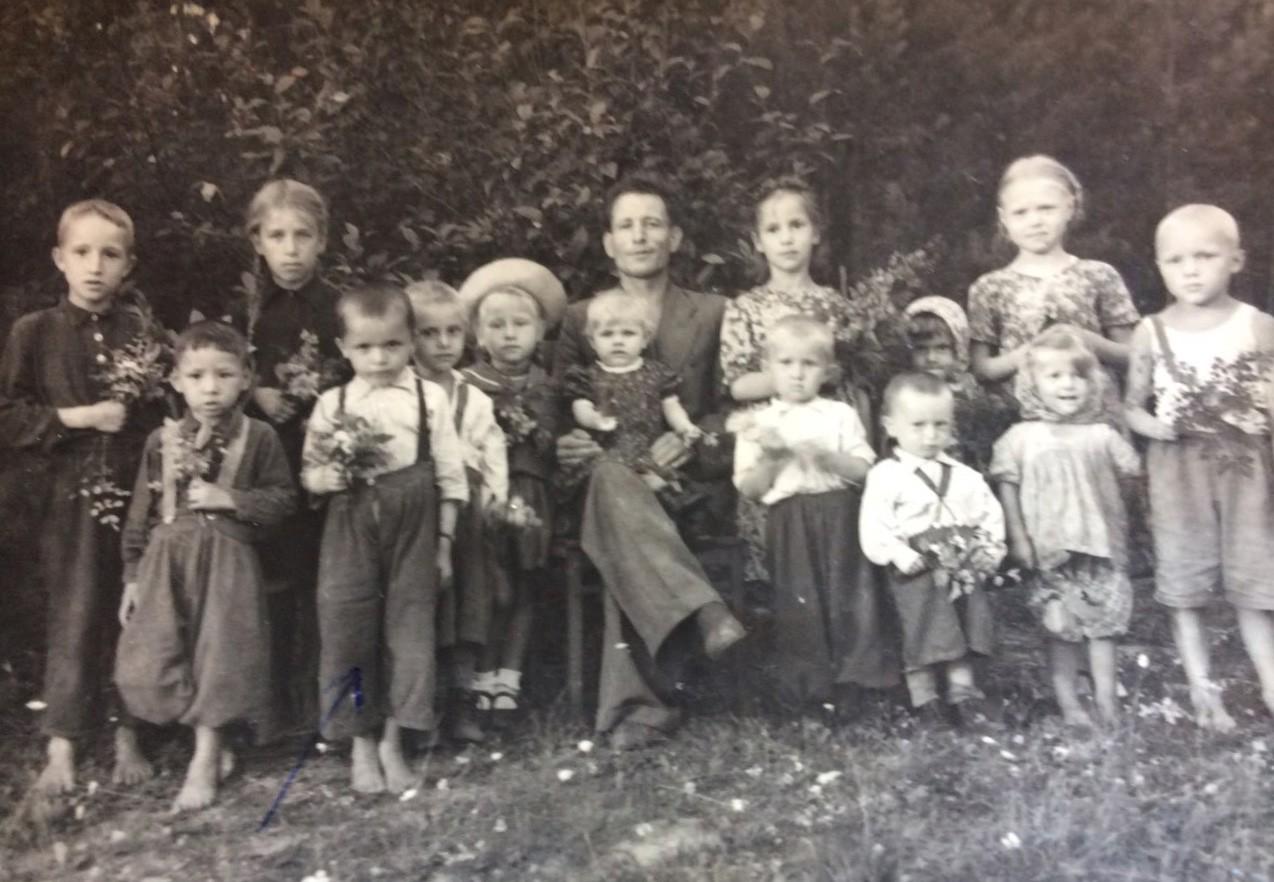 Василий Калин — второй слева в первом ряду