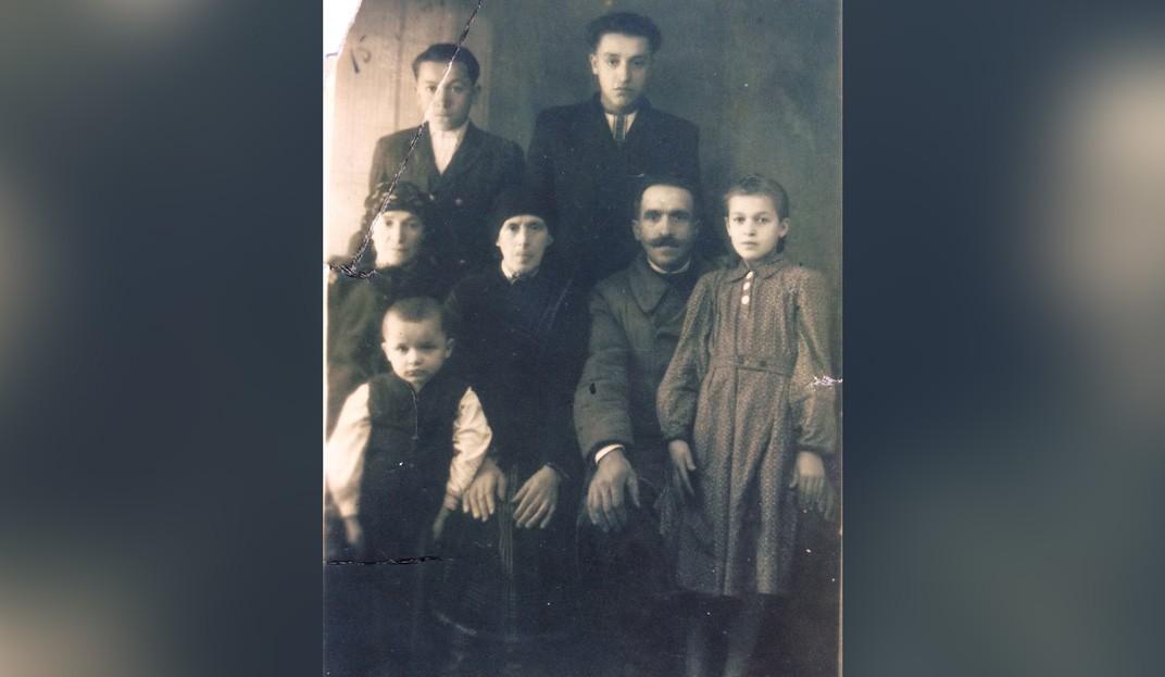 Первый ряд слева — Василий Калин. Второй ряд, слева направо: мама Анастасия Федоровна (1899 г.р.), бабушка Екатерина Филипповна (1877), отец Михаил Иванович (1892), сестра Мария (1940). Верхний ряд: Иван Калин, брат (1937), Федор Калин, брат (1932)