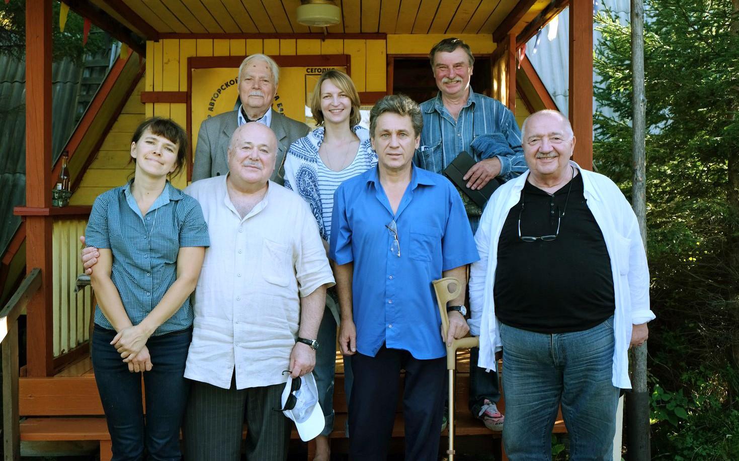 Александр Калягин и Роберт Стуруа в гостях у Сони Бунтовской (в первом ряду слева) и  Евгения Кравкля (по центру), 2015 год