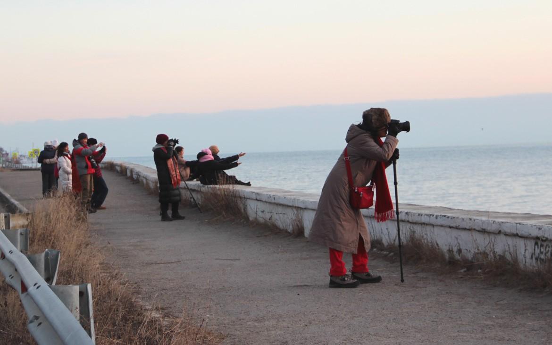Туристы из Китая на побережье Байкала, Листвянка