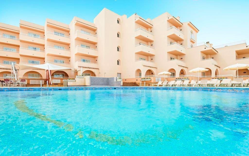 Azuline Hotel-Apartamento Rosamar на испанском острове Ибица, здание отеля принадлежит жене Игоря Лебедева Надежде Гришаевой