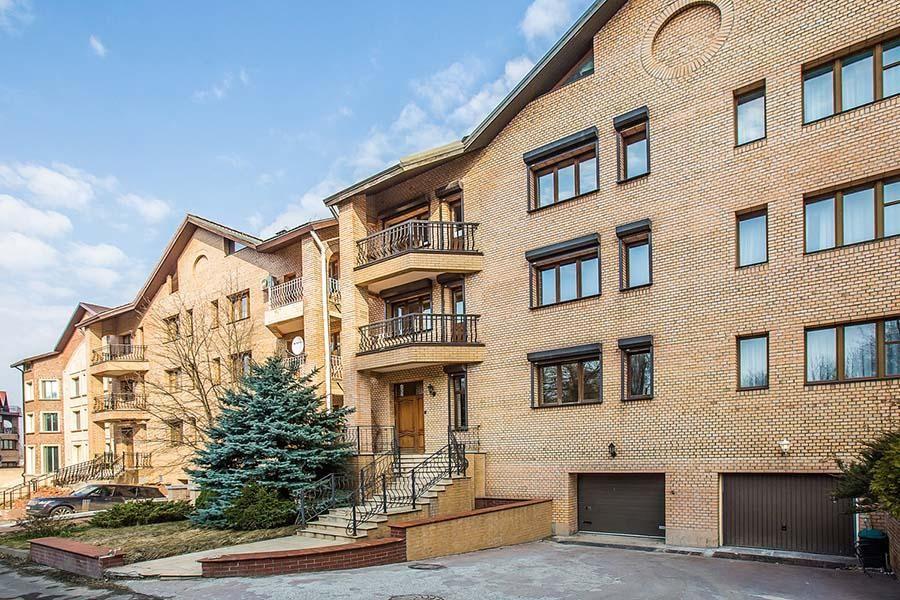 Поселок Нежинская улица, 14, где Жириновскому и его ближайшему окружению принадлежит как минимум 19 квартир общей площадью почти 7 тысяч кв м