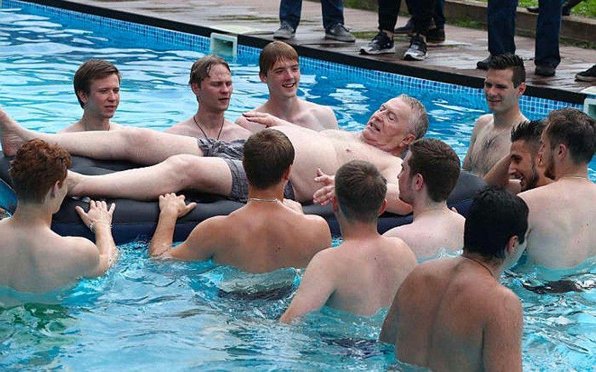 Владимир Жириновский купается в бассейне с членами Молодежной организации ЛДПР на своей личной даче в подмосковном Дарьино.