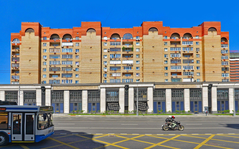 Житель подъезда, в котором расположена квартира Алиевых, заявил корреспонденту «Проекта», что представитель Алиевых регулярно появляется в доме.